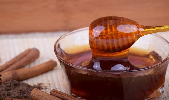 Mật ong và bột quế trị thâm mụn tại nhà