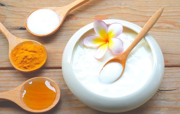 Sữa chua và bột nghệ trị thâm mụn